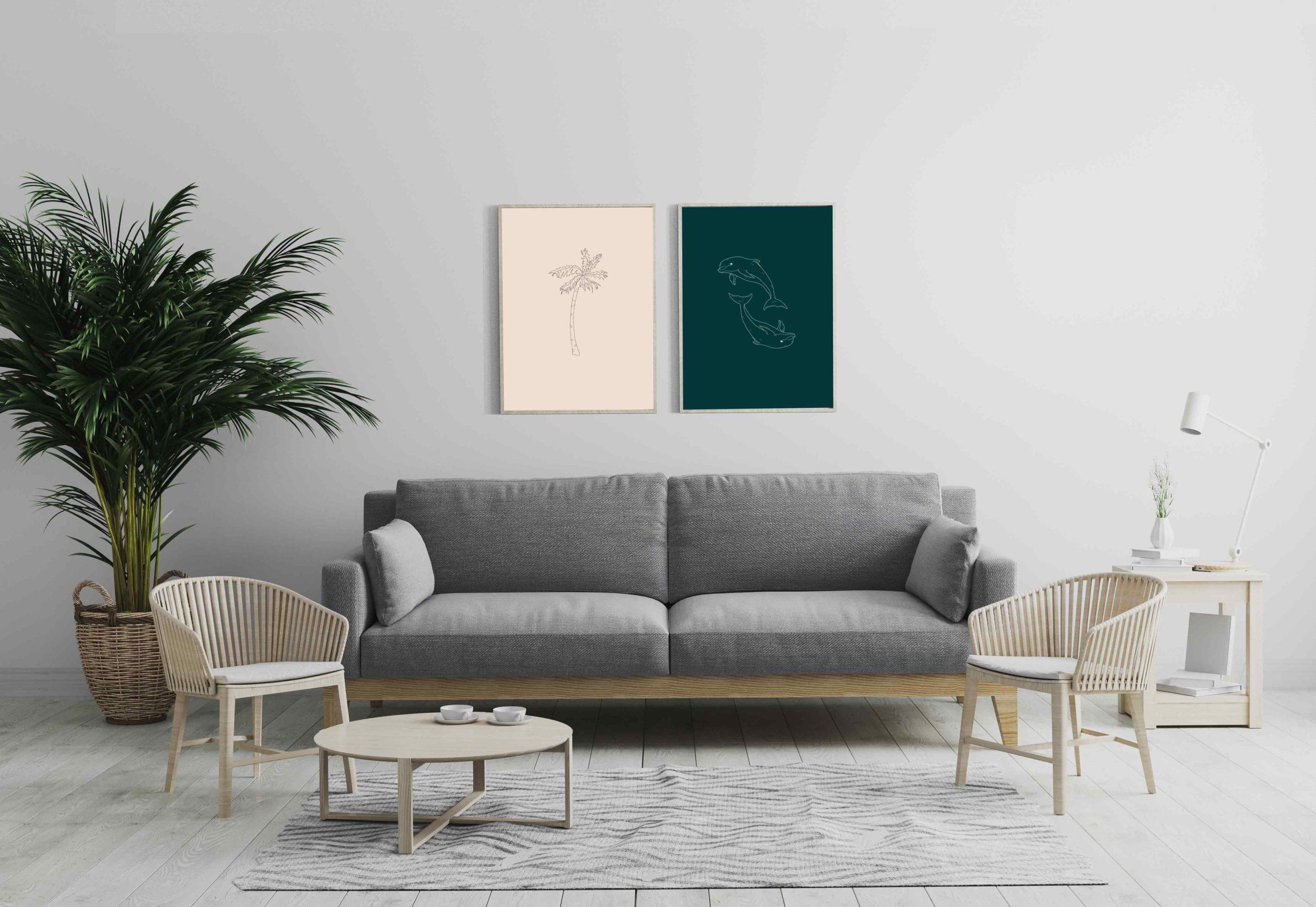 Un salon avec deux cadres contenant mes illustrations sur la saison d'été : un palmier et deux dauphins.